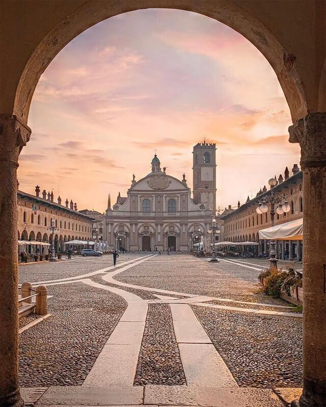 La Piazza Ducale di Vigevano è uno dei posti da vedere in Lombardia