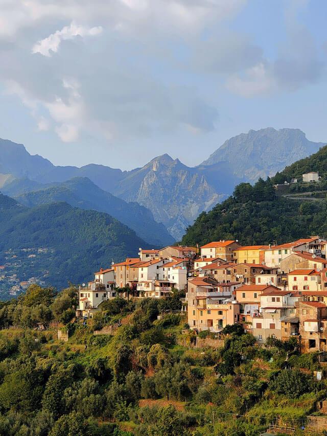 I paesi dei cavatori come Altagnana si vedono salendo alle cave di marmo di Carrara