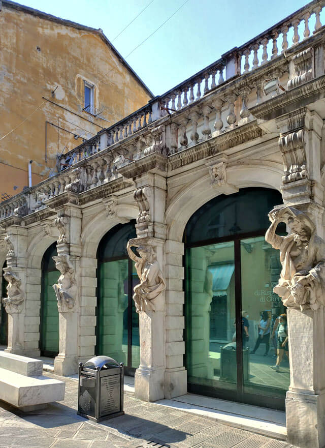 Lo storico Albergo della Posta è da vedere a Carrara