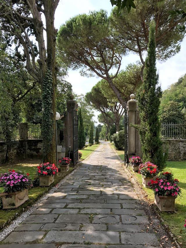 Villa Giorgini Schiff con giardino all'italiana è sede del comune di Montignoso