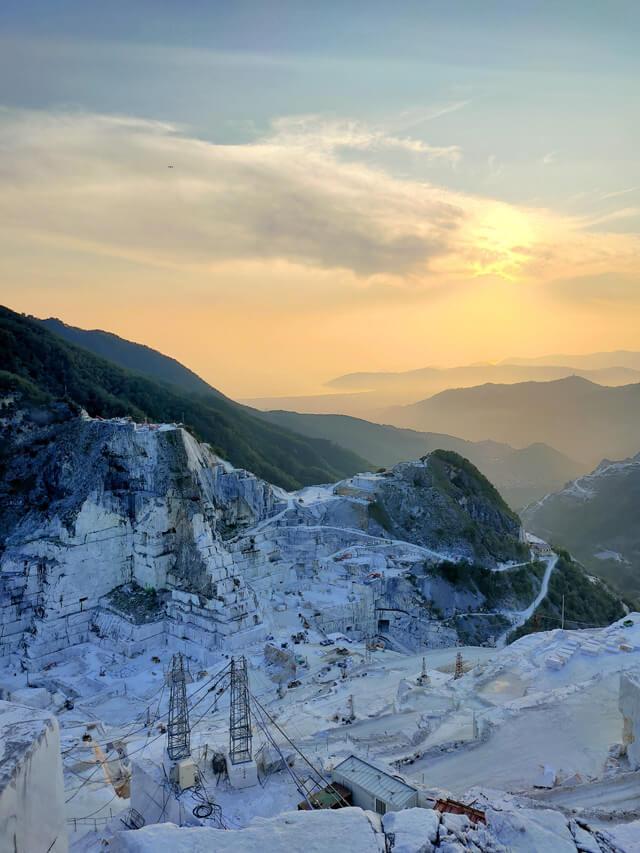 Vedere il tramonto dalle cave di marmo di Carrara è magico!