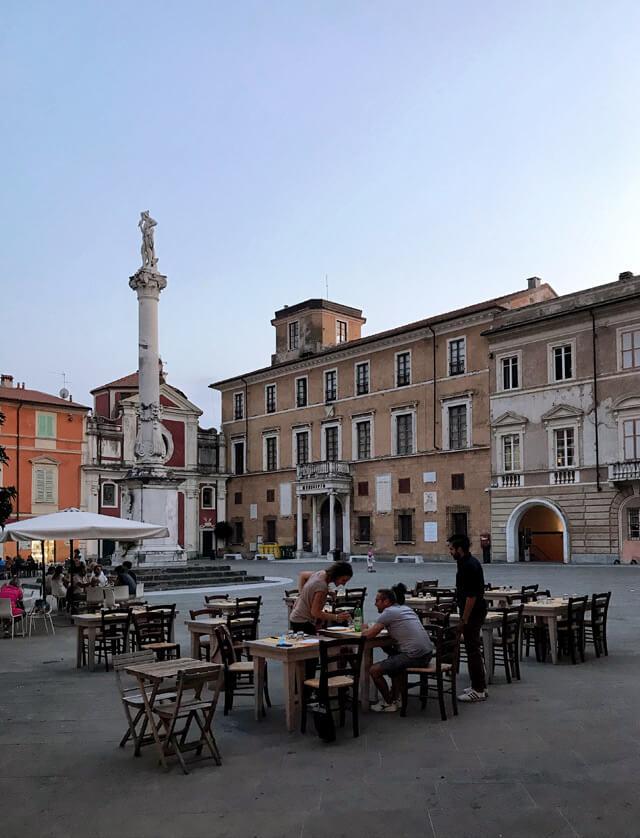 Piazza Mercurio a Massa è piena di vita e di tavoli all'aperto