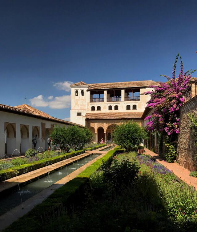 Il Patio de la Acequia è una meraviglia dell'Alhambra