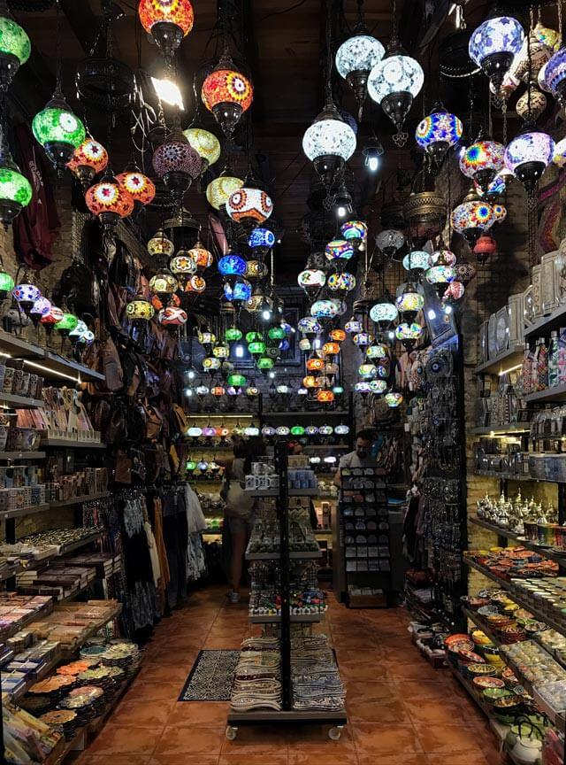 Calle Elvira è la via di Granada piena di negozi e ristoranti etnici