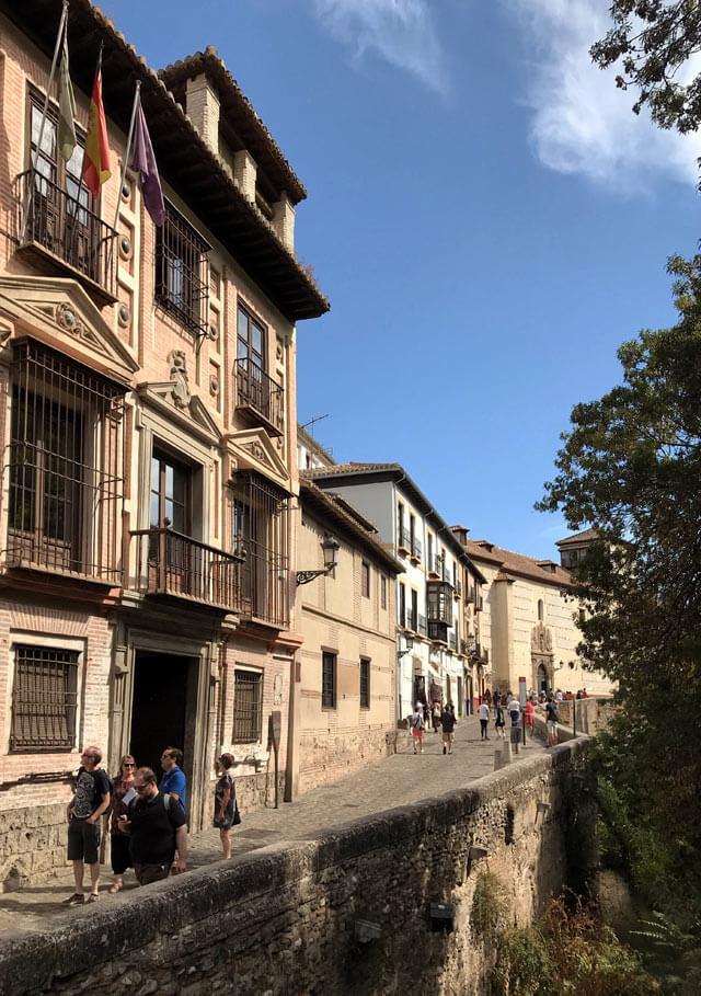 La Carrera del Darro è la via di Granada che costeggia il fiume tranquillo sotto l'Alhambra