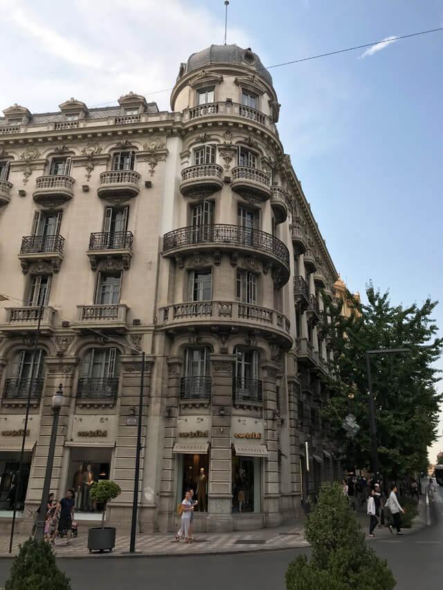 La Città Bassa di Granada attorno alla Gran Via somiglia a Madrid