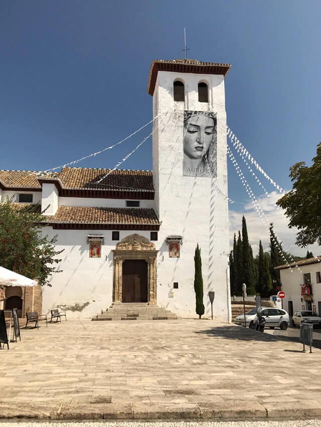 La chiesa de San Miguel Bajo domina l'omonima piazza nell'Albaicín a Granada