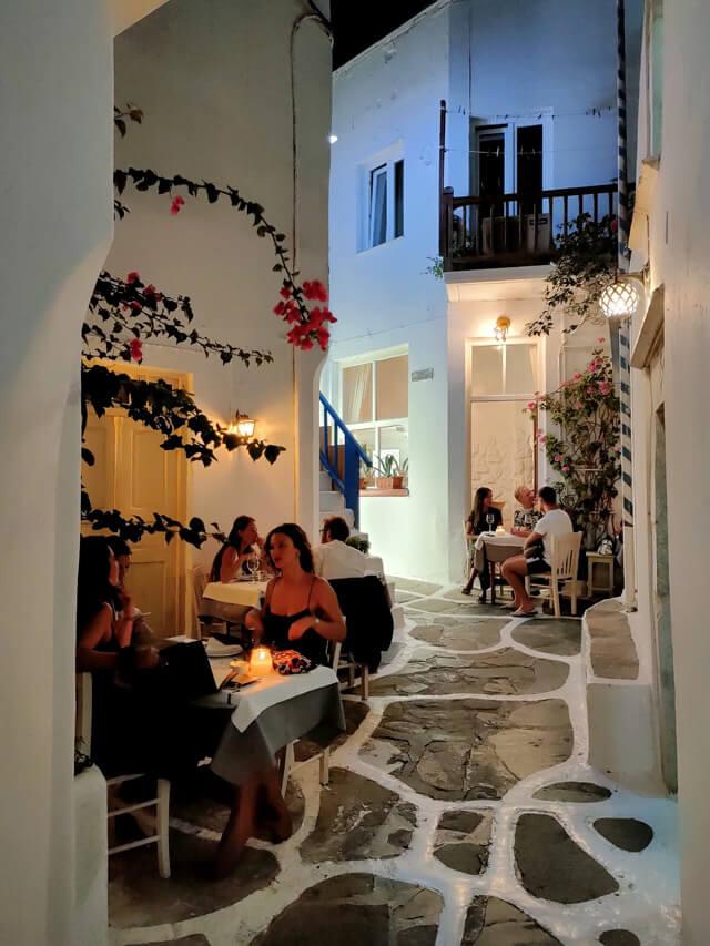 Le vie di Mykonos diventano animate di sera