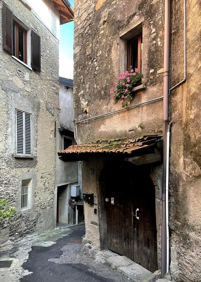 L'affascinante borgo antico di Rovenna con case in pietra
