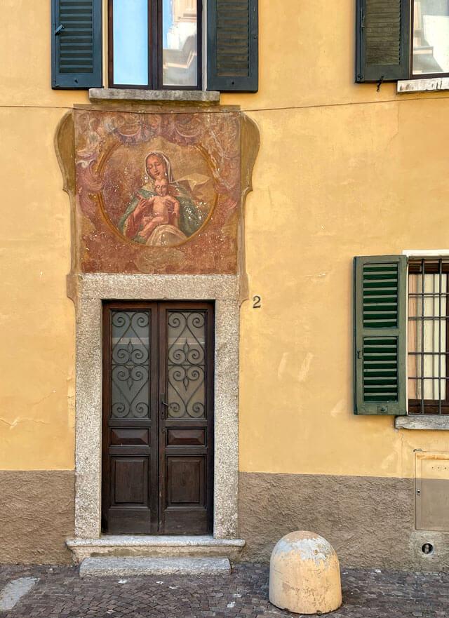 Le case del centro storico di Cernobbio attorno hanno stupendi affreschi mariani