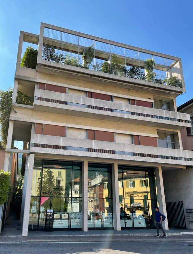 Casa Cattaneo è in stile razionale in via Regina 43 a Cernobbio