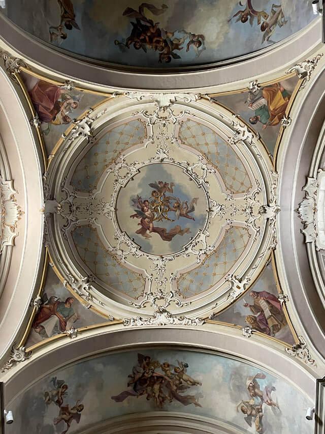 La chiesa di San Vincenzo a Cernobbio dentro è semplice ma elegante