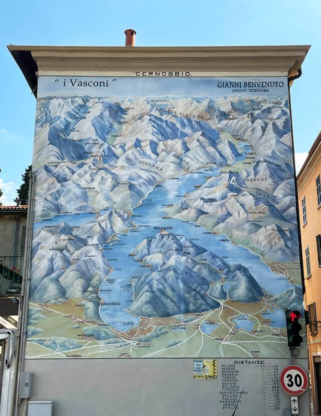 In Piazza Belinzaghi a Cernobbio c'è una mappa del Lago di Como