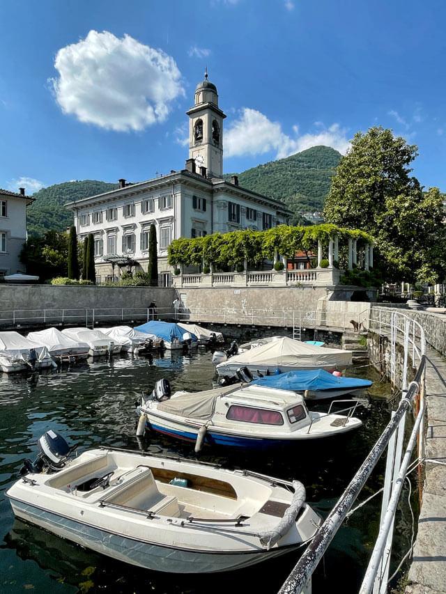 La Riva di Cernobbio ha un porticciolo pittoresco sul Lago di Como