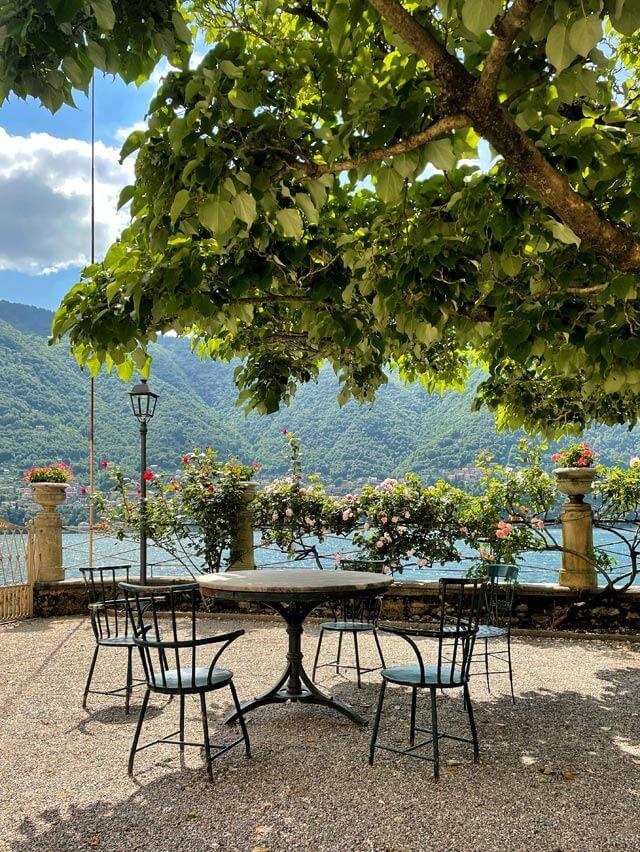 Villa Pizzo ha un giardino affacciato per 2 km sul Lago di Como