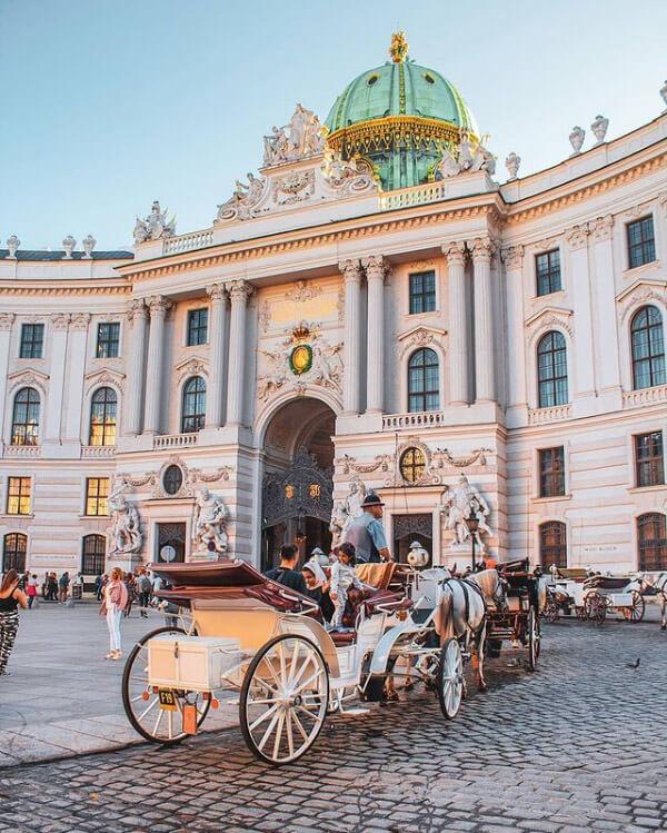 Il Michaelertrakt è un portale barocco dell'Hofburg a Vienna