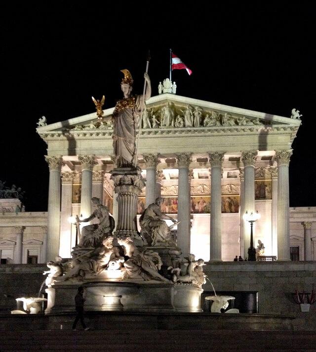 Il Parlamento austriaco illuminato di notte: sembra un tempio greco