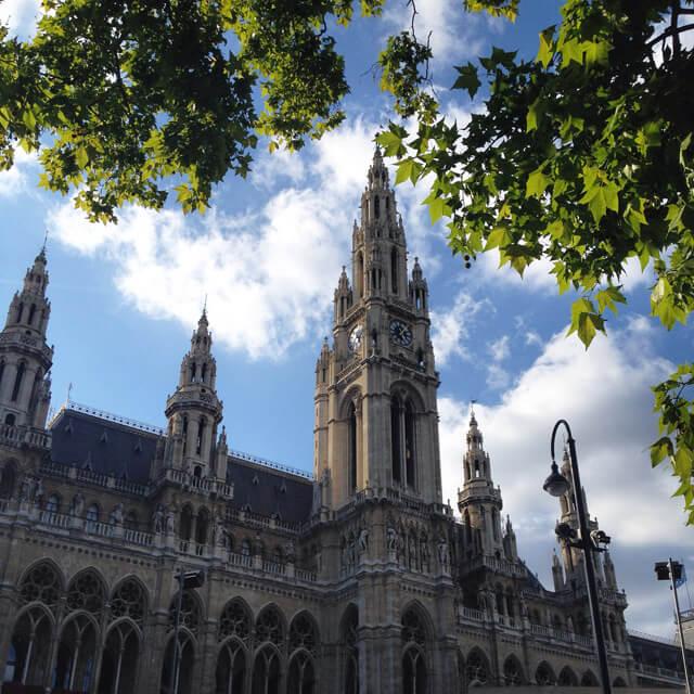 Il Rathaus è il Municipio di Vienna: un edificio neogotico che spicca