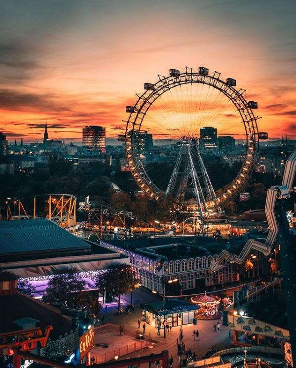 La ruota panoramica del Prater di Vienna al crepuscolo