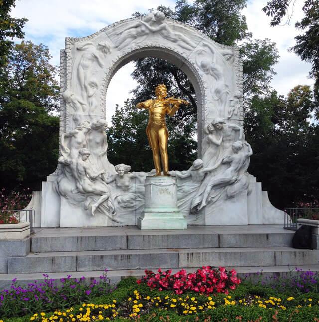 La statua dorata di Johann Strauss è allo Stadtpark a Vienna