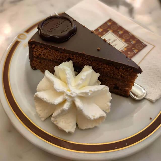 Al Café Sacher di Vienna puoi assaggiare la tradizionale torta Sacher