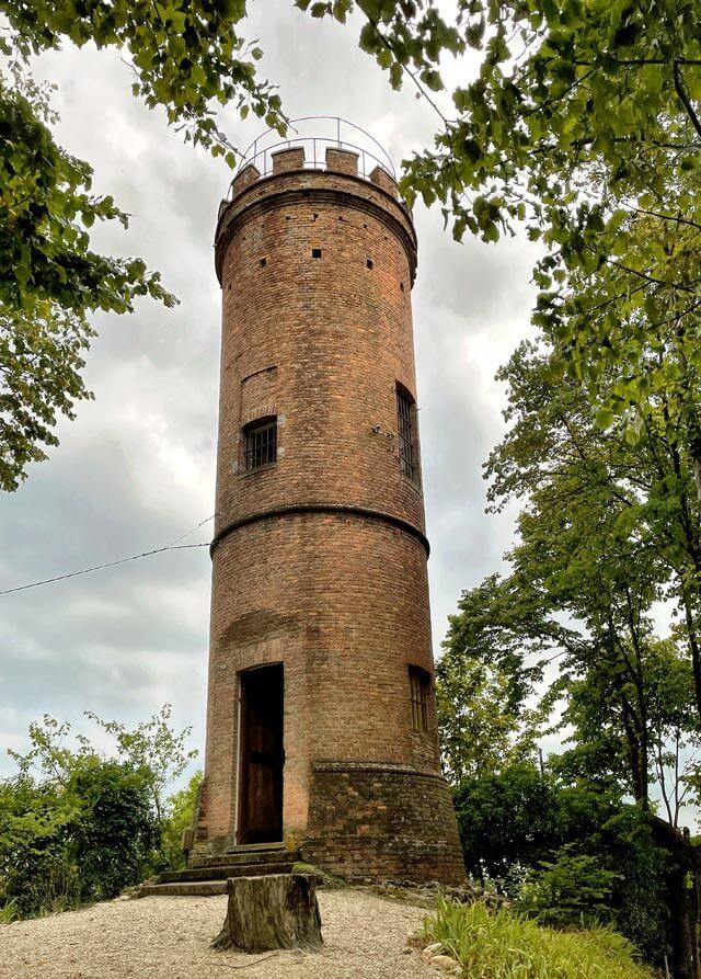 La torre di Castagnole delle Lanze regala viste sulle Alpi e paesaggi delle Langhe