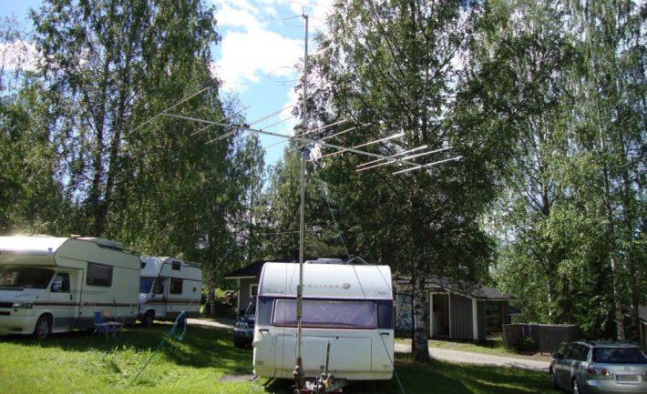 Asuntovaunu ja iso yagi-antenni.