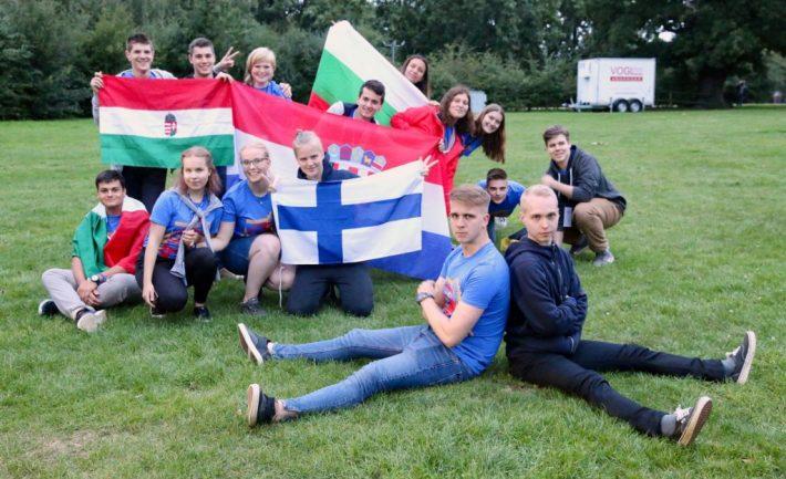 Erimaalaisia nuoria radioamatöörejä YOTA-tapahtumassa Isossa-Britanniassa.