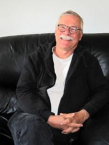 Pentti Kemppainen istuu sohvalla.