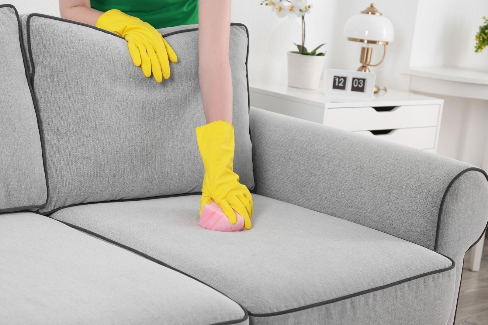 Como limpar o sofá do suco