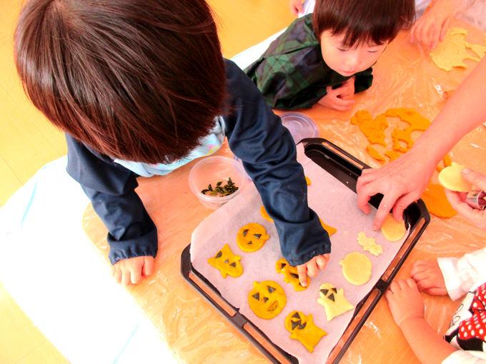「NYこどものくに<東京>」のハロウィンでクッキー作りの様子