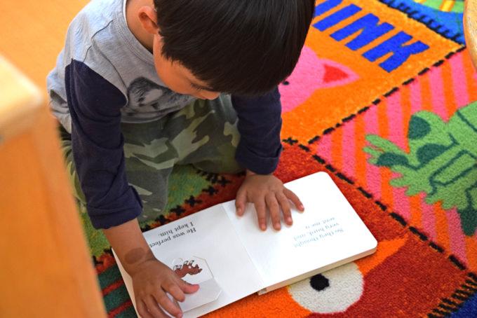 「NYこどものくに<東京>」で英語絵本を読む園児