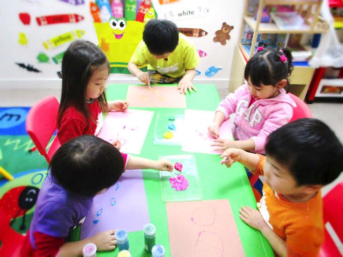 築地・銀座・新富町の英語プリスクール/英語幼稚園・保育園・英語学童・アフタースクール サンシャインキッズアカデミーの毎日のアートの時間。子供達は自由に自分を表現していきます。
