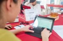 Deux personnes écrivent chacune son chapitre sur un PC portable