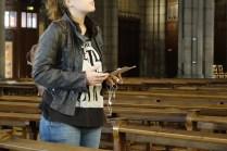 Une visiteuse dans l'église tient la tablette dans ses mains