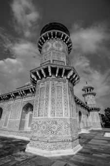 A closer look at one of the minarets at Tomb of Itimad-ud-Daulah