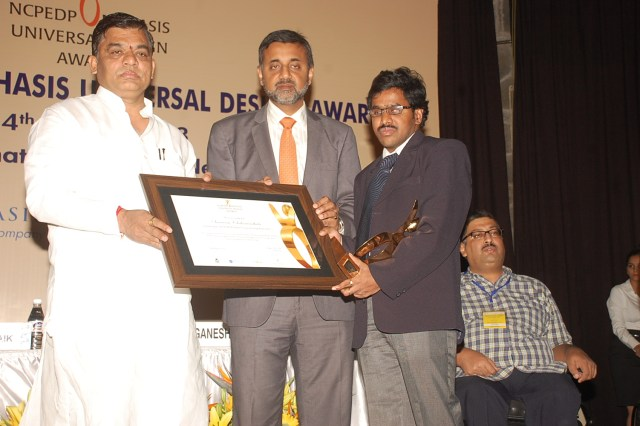 Srinivasu Chakravarthula receiving NCPEDP MphasiS Universal Design Award in 2013. Shri. Javed Abidi is seen in this picture.