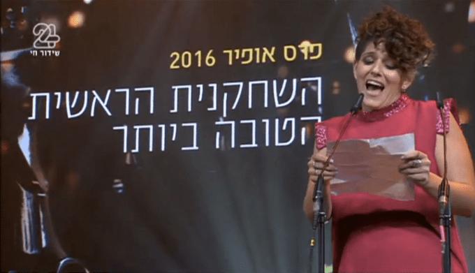 נועה קולר כובשת את הקהל בנאום הזכייה על תפקידה ב״לעבור את הקיר״ (צילומסך)