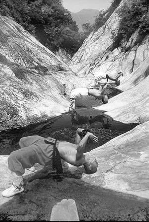 тренировка шаолиньских монахов у реки