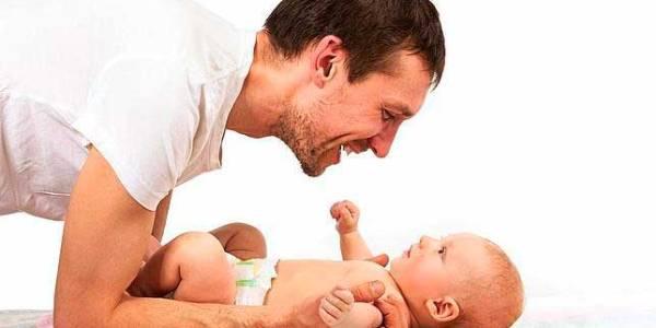 El permís de paternitat finalment serà d'un mes