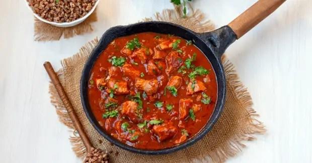 Sipulit kuoriutuivat veitsellä ja syövät paahdettuun lihaan, sekoittaen, jatkavat FRY: tä heikolla palotilassa 5-7 minuuttia. Määritetyn ajan tapahtuman jälkeen on suolan astian, pippuri, esittelee edullisia mausteita, joista on melko merkityksellisiä curry, estää uudelleen.