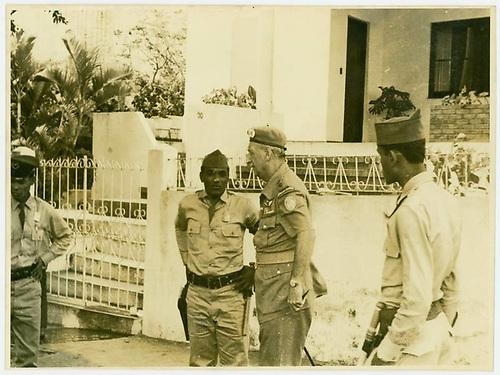 En el centro se observa a un militar de EEUU impartiendo órdenes a los policías y militares dominicanos.