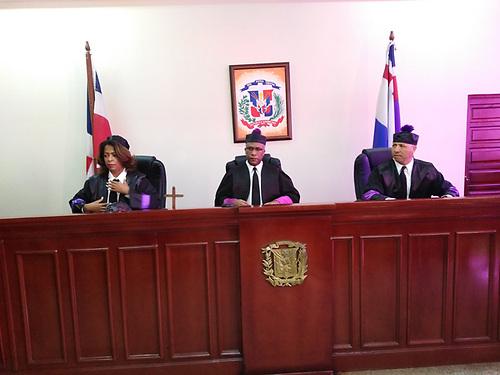 La Corte está presidida por el magistrado Sulpicio Almonó Núñez e integrada por los jueces Saturnina Rojas Hiciano y Ramón Isidro Gil Guzmán