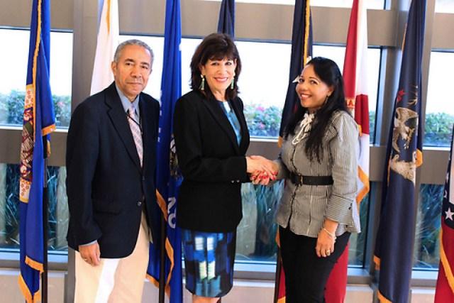 El periodista Jesús Rojas, la embajadora Robin Bernstein y la periodista Rose Mary Santana./Foto Emil Socías/Acento.com.do