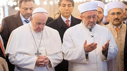 Risultati immagini per pope francis prays towards mecca