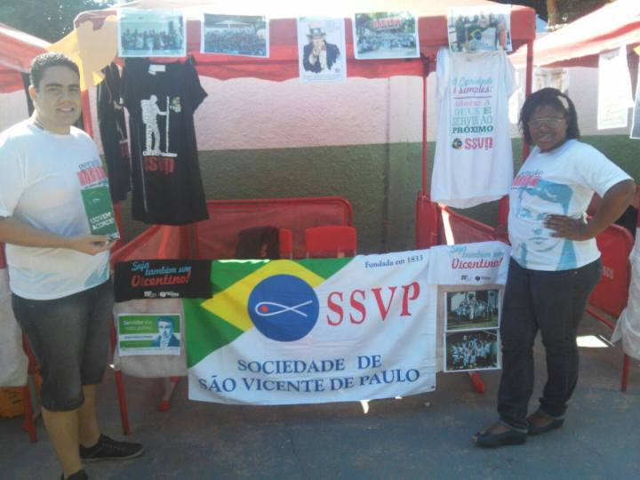 Stand com divulgação da SSVP montado no Encontrão da Juventude em Raposos. Foto: Igor Oliveira