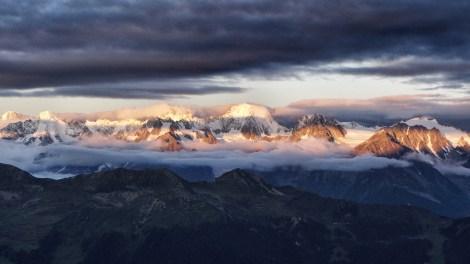 Cabane du Mont Fort: Sonnenaufgang über und gleichzeitig unter den Wolken im Mt. Blanc Massif