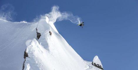 Travis Rice ist für The Fourth Phase gefühlt mehr in der Luft als im Schnee (Foto: Scott Serfas / Red Bull Content Pool)