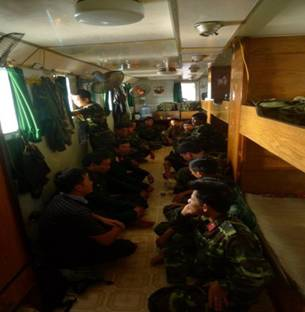 Một phân đôi đặc công nước Việt Nam đang trên tàu trực chiến.