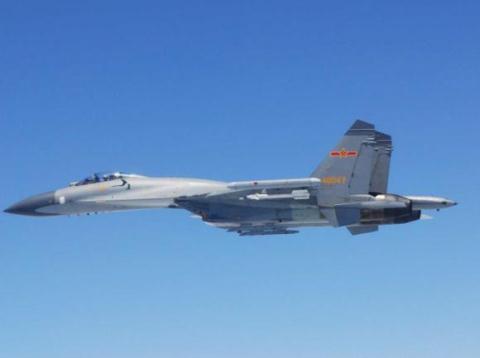 Chiếc máy bay Su-27 của không quân Trung Quốc áp sát vào máy bay của Nhật Bản